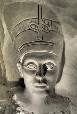 Nefertiti - Sculpture sur neige - Grotte de neige de Valloire - hauteur 2,5m - Manon Cherpe