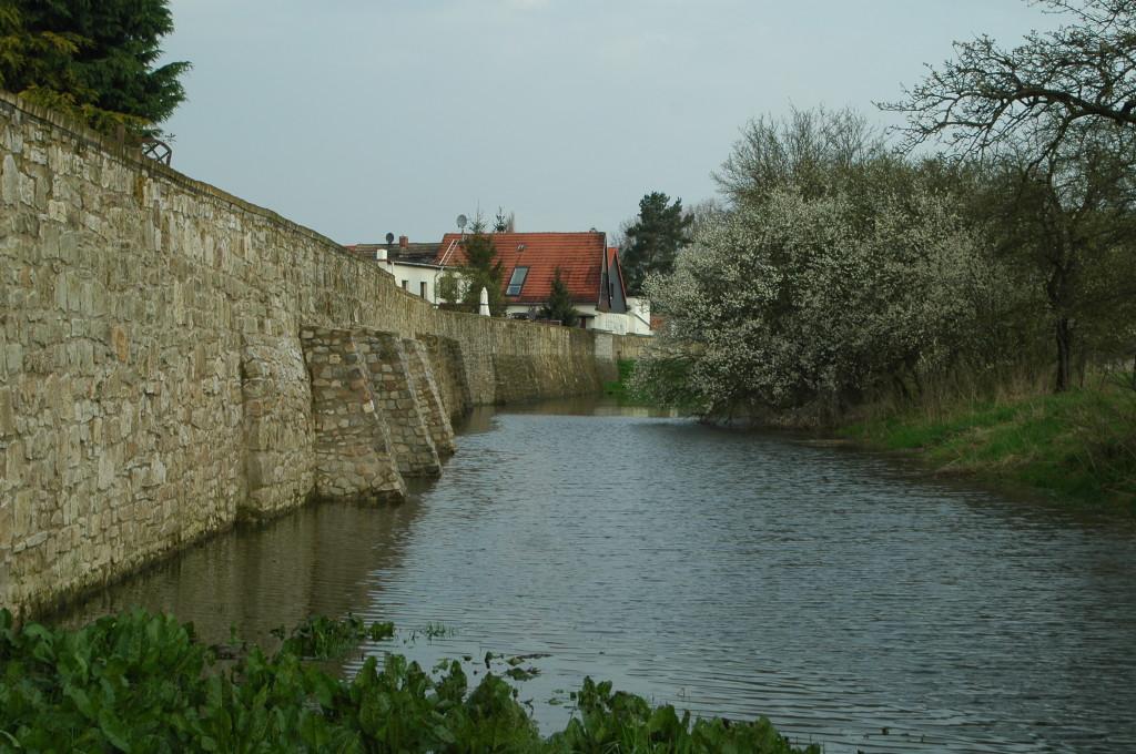 Stadtmauer mit Hochwasser