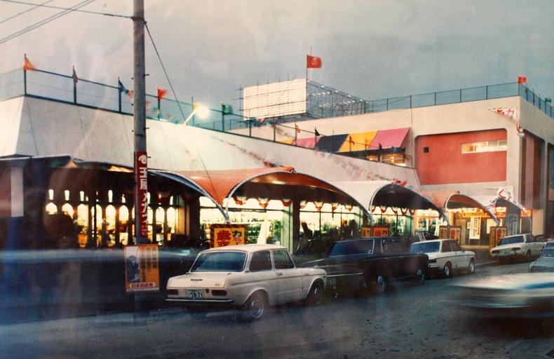 昭和44年。オープン当時の小名浜名店街。現在の昭和堂あたりのポイントから見た全景です。
