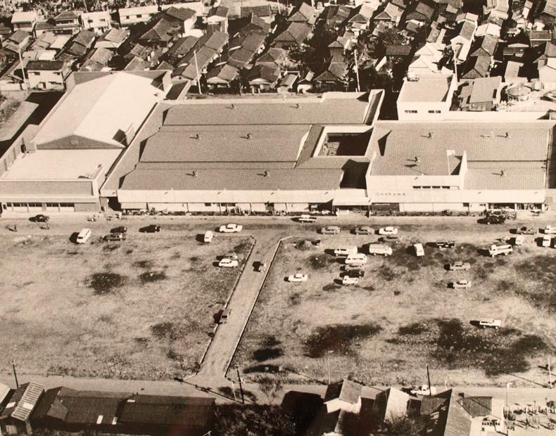 創業時の小名浜ショッピングセンター。隣の空き地には、のちに小名浜名店街だ建設される。