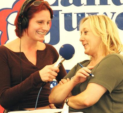 Maja von Spreeradio Berlin interviewt bei Live-Übertragung Helga Karl. Foto: (c) Helga Karl