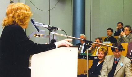 """Fachtagung """"Gruppenarbeott"""". Berlins Senatorin fpr Arbeit und Frauen in der ersten Reihe, am Mikrofon Helga Karl."""