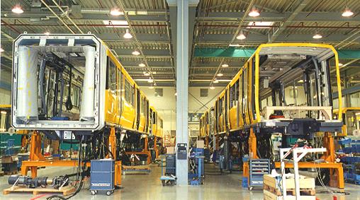 Montagehalle mit zwei Fahrzeugen U-Bahn Berlin während der Montage. Quelle: Helga Karl, Öffentlichkeitsarbeit für Verbundprojekt MontLoWe