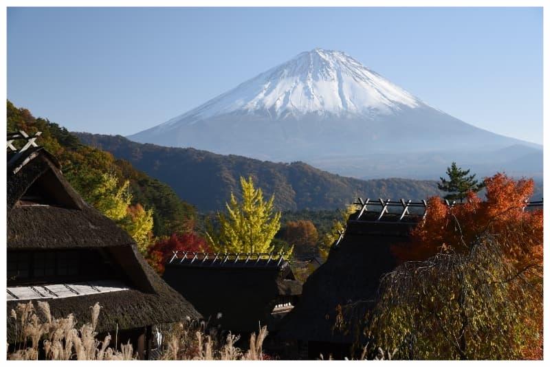 富士と錦秋の古民家