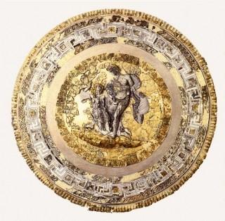Le bouclier doré garni d'incrustations d'ivoire
