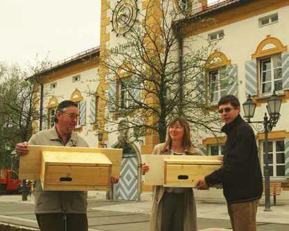 Walter Klemm, Inken Domany und Anton Vogel mit Nistkästen