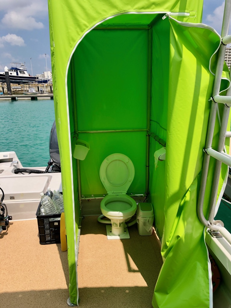 洋式水洗トイレで広く、着替えも出来ます