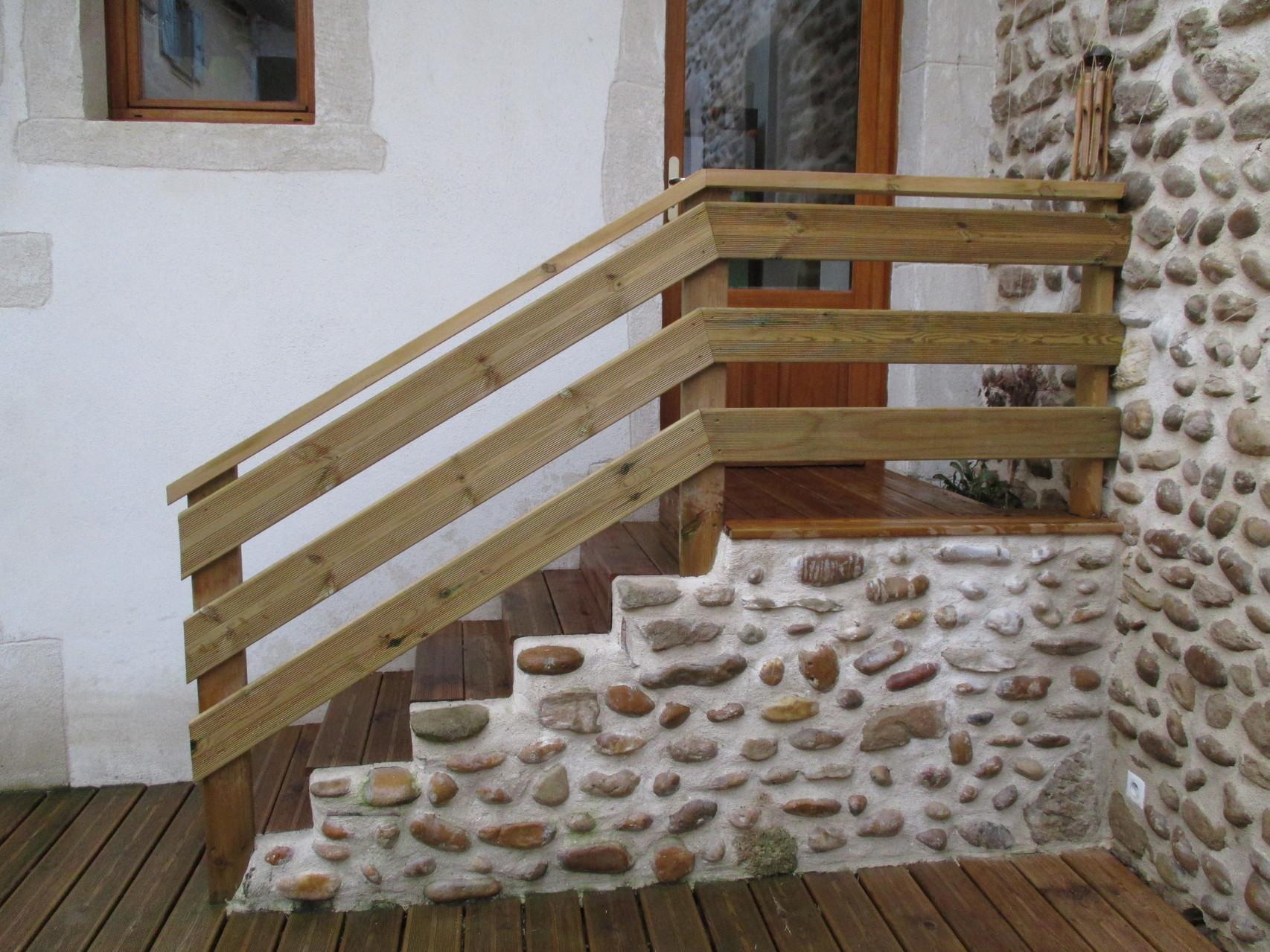 Escalier en béton masqué par un parement en galets