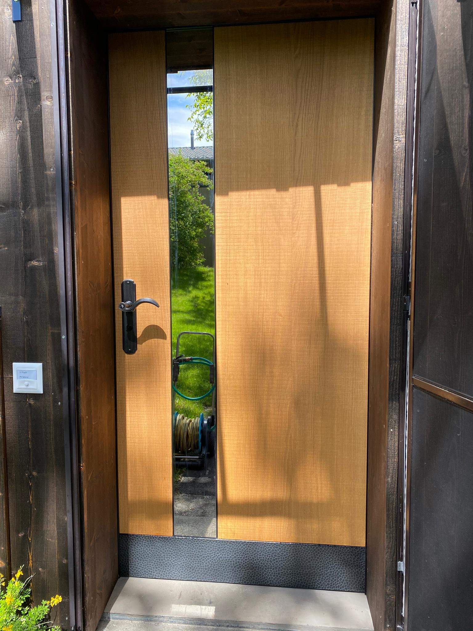 Bernhof-Haustüre in Frümsen mit Bandsägenschnitt