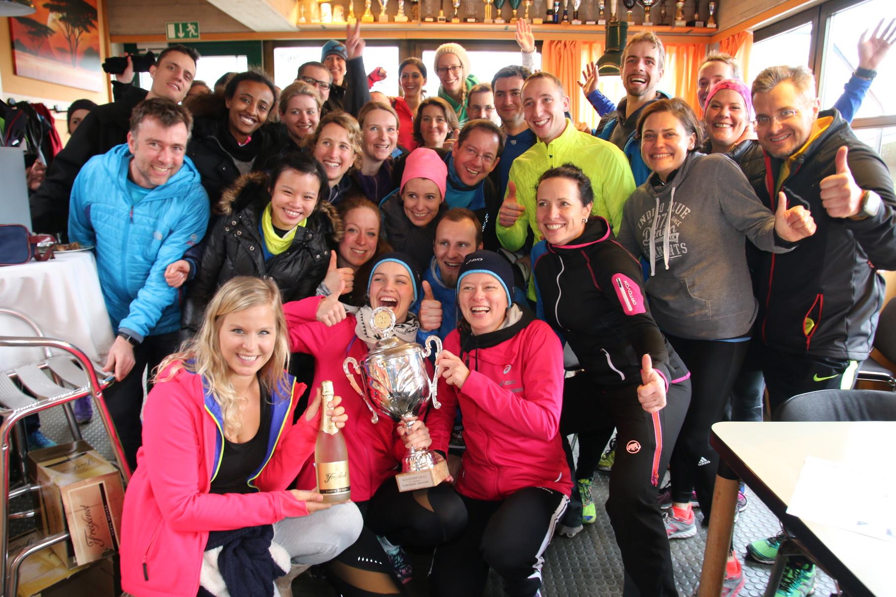 Urban Runners Munich mit dem Wanderpokal