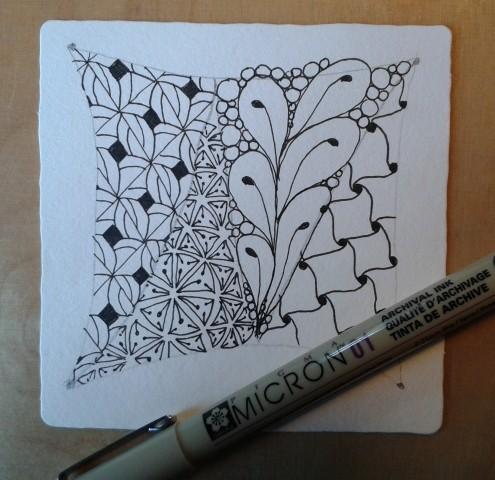 Hier das Muster Fiore mit Fineliner gezeichnet auf der Kachel