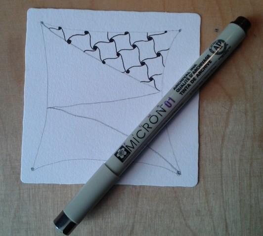 Hier das Muster Cadent mit Fineliner gezeichnet auf der Kachel