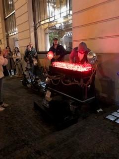 ストリートでのグラスハープの演奏