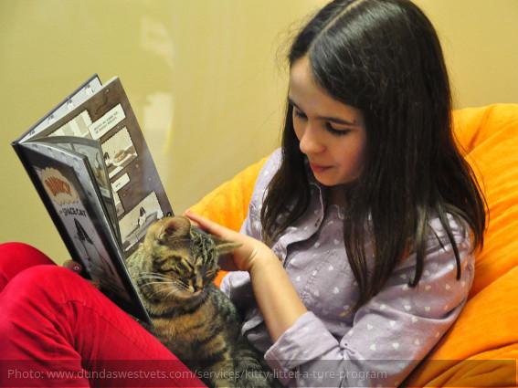 Niños canadienses leyendo a gatos