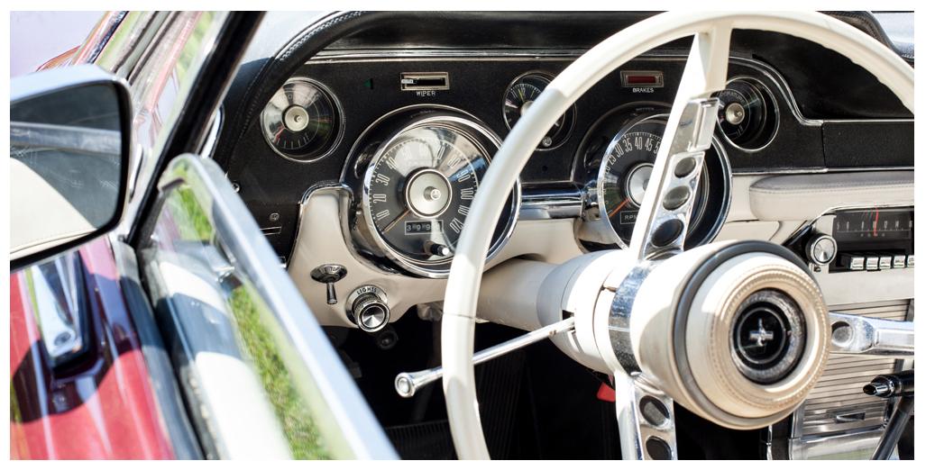Location Ford Mustang modèle convertible 1967, vue volant pour une promenade-baptême en Normandie