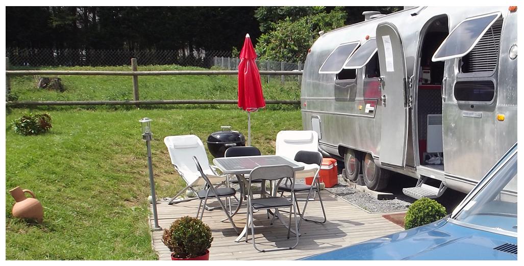 Salon de jardin sur terrasse du gite en caravane Airstream en Normandie
