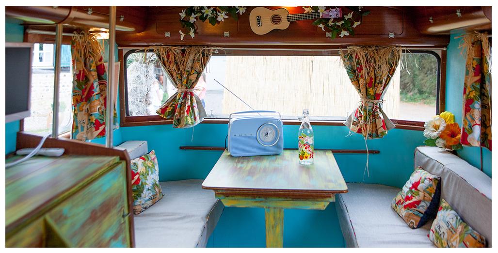 Coin repas et salon du gite caravane Aloha en Normandie