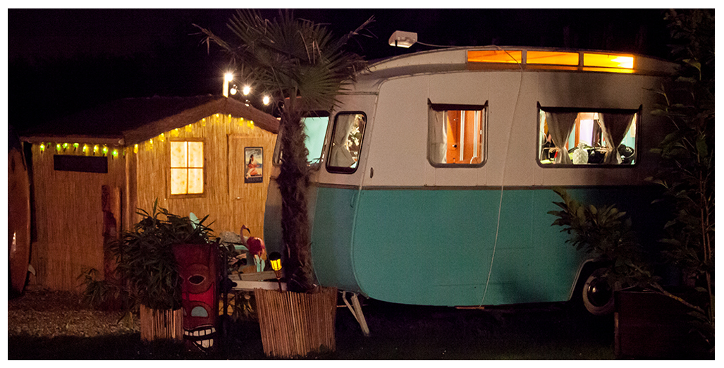 Vue extérieure de nuit du gite caravane Aloha en Normandie