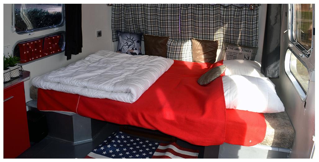 Banquette lit pour 2 personnes du gite en caravane Airstream en Normandie