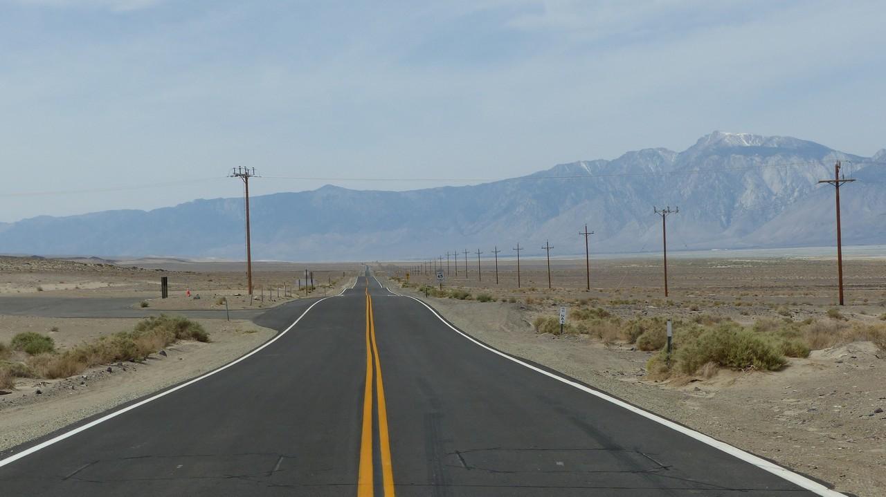 Ici, la route longe la Sierra Nevada aux sommets enneigés