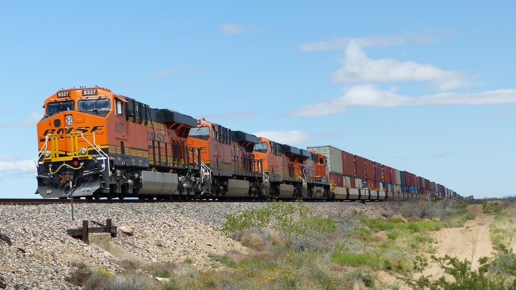 De très nombreux très longs trains (1km au moins)  longent la Route 66