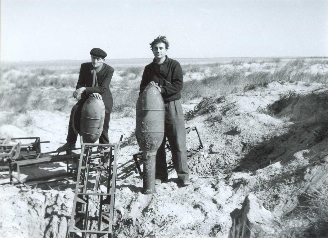 Roquettes de 28/32 cm dans des dunes en 1945 Image