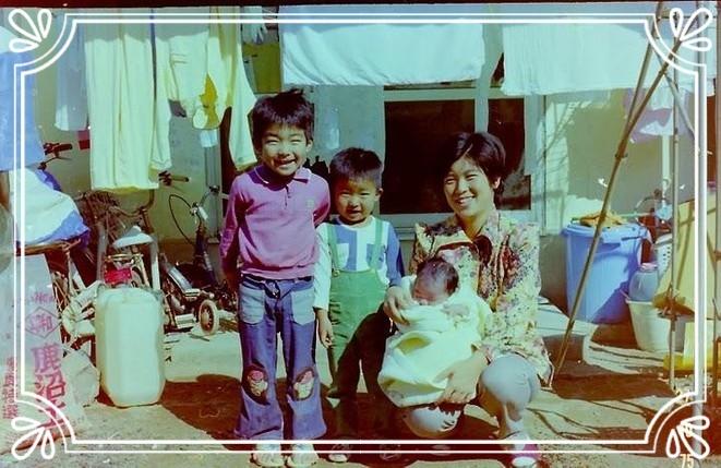 瓶と棒しかないけど、愛たっぷりの子ども時代。右から母、妹(みっこ)、どんちゃん、兄(くまちゃん)。