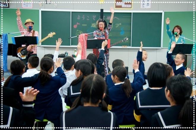 子どもたちのかわいい☆スマイルに癒されるどんちゃん。一途ライブ(福井県越廼小中学校さん)にて。