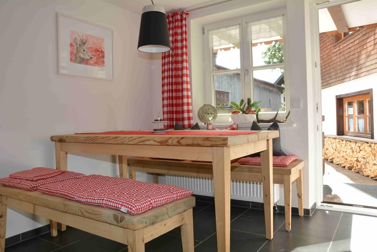 Ferienhaus Sehrwind – Tisch in der Küche, Erdgeschoß