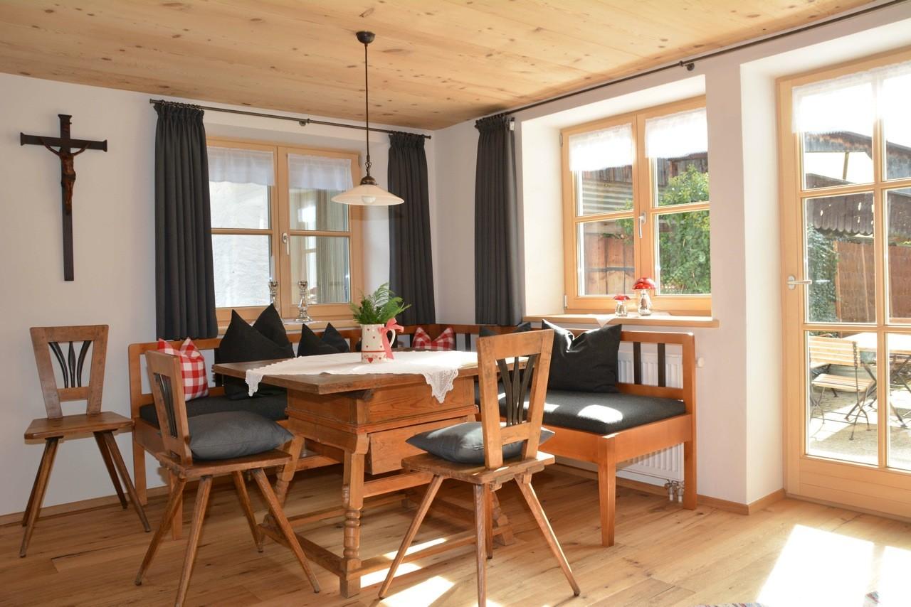 Ferienhaus Sehrwind – Tisch im Wohnraum, Erdgeschoß