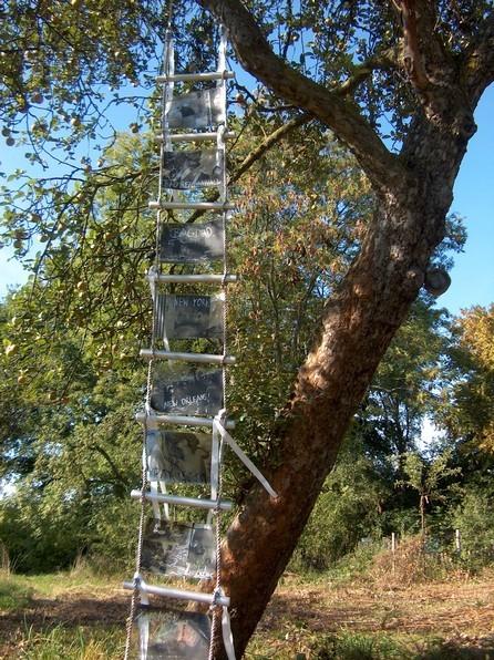 Zur Himmelsleiter werden die Übel, 2006, Strickleiter, Folie, Öl, Silber, Bänder, 400 x 40