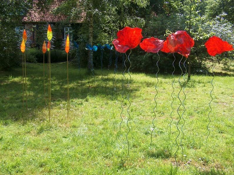Manipulationen: Klonmohn, Sonnentau, Veilchen, 2004, Objekte aus Papier, Draht, verzinkte Eisenstange, Höhe ca. 190