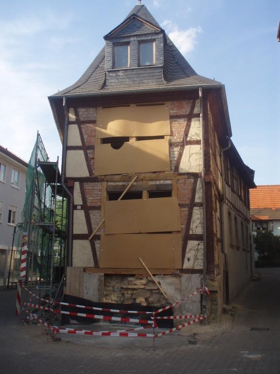 Das Fundament ist fertig und wartet auf den Treppenaufbau aus Sandstein.