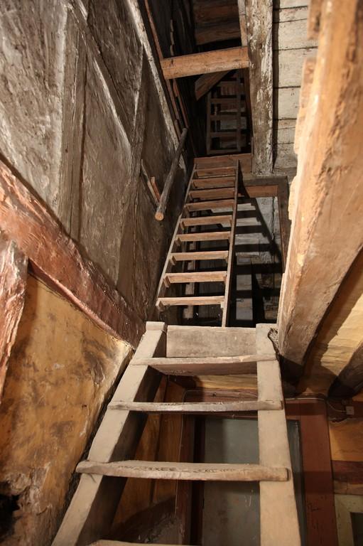 Die Holzstiege zeigt uns den Weg nach oben.