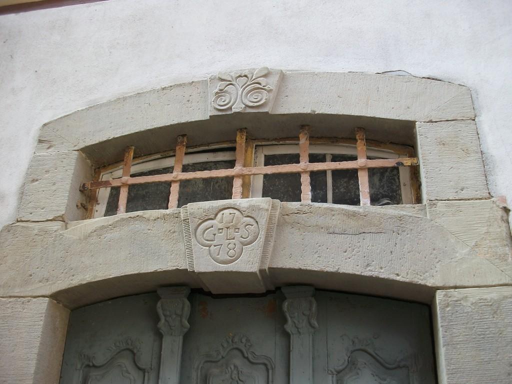 Bei der Einrahmung der ältesten Tür wurde nur der farbige Lack entfernt.