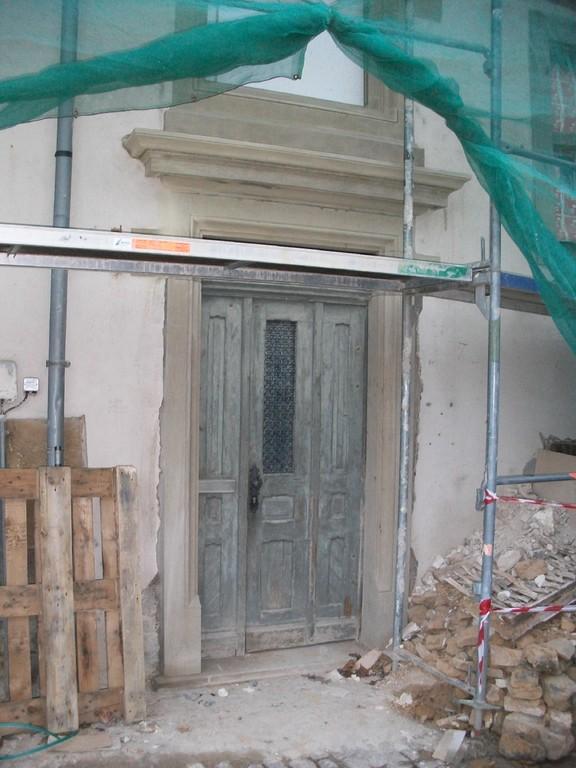Beim Zugang aus der Ziegelgasse werden die seitlichen Türstürze ausgetauscht.