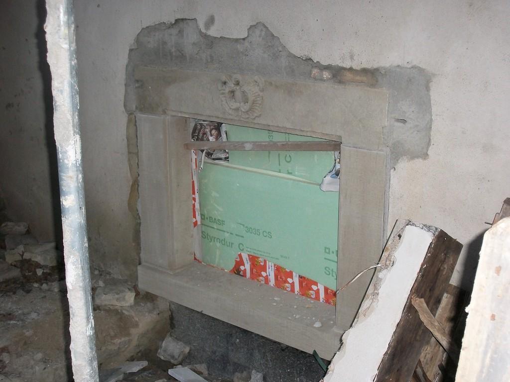 Fenstereinrahmungen werden wegen zu starker Verwitterungsspuren komplett erneuert.