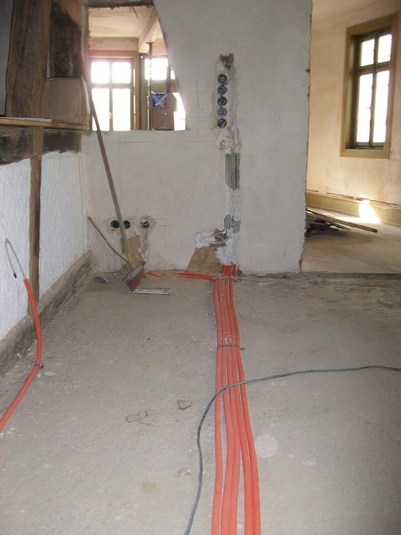 In vielen Strängen werden in allen Richtungen die Elektroleitungen verlegt.