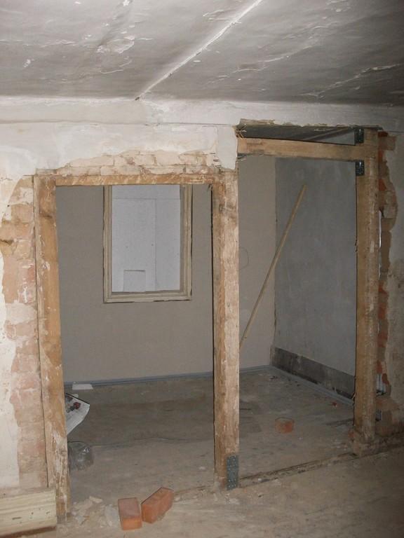 Z.T. müssen Türstürze höher gesetzt, eine Tür versetzt werden, um Möbel stellen zu können.