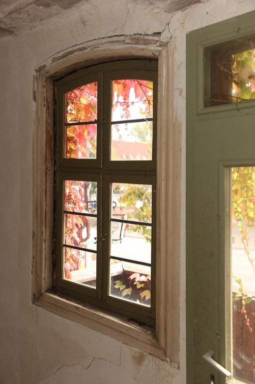 Beim näheren Blick nach Draußen stößt man auf Risse im Putz und schräge Fensterrahmen.