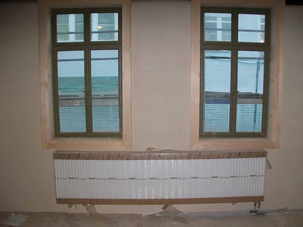 Nachdem die verschiedenen Rohre verlegt sind, ist der Einbau der Heizkörper möglich. Es stellt sich nur die Frage, an welcher Geraden man sich orientiert: Fensterrahmen, Fenster, Boden...
