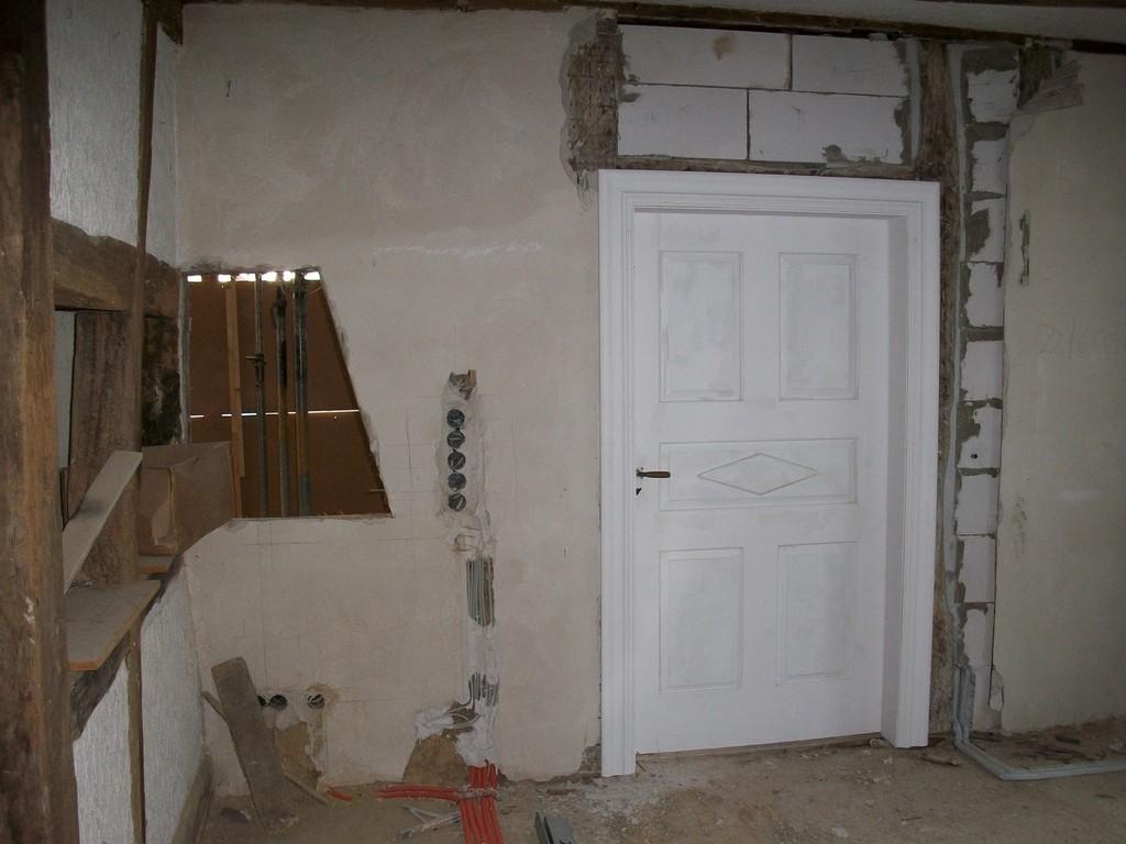 Im EG muss für den Durchgang eine neue Tür nach Maß gebaut werden.