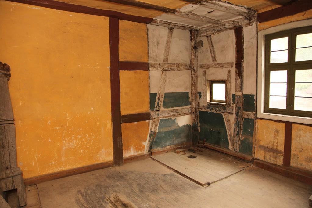 Noch weiter zurückversetzt fühlen wir uns im Anbau. Der Blick fällt auf  die frühere 'Toilette', jedoch ohne fließendes Wasser. Denn dies muss im ganzen Gebäude  erst noch installiert werden.