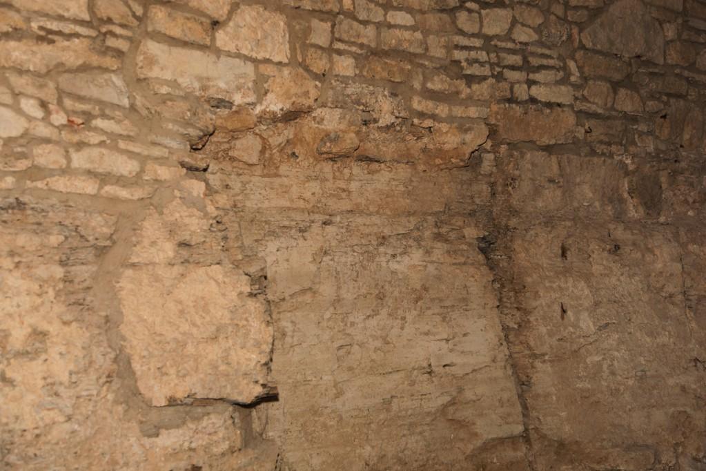 Eine der Kellerwände besteht aus anstehendem Gestein.
