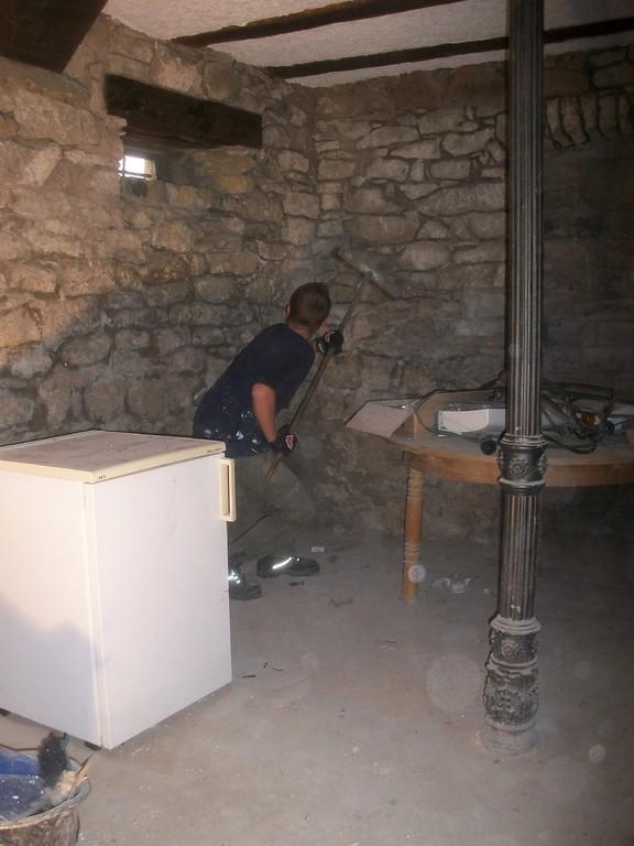 Die Wände des Gerberkellers werden vom Staube befreit.