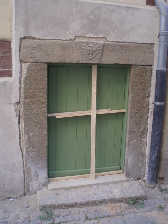 Nach und nach werden die Türen restauriert bzw. neu gebaut. Hier eine der Türen in der Kleinen Ziegelgasse.