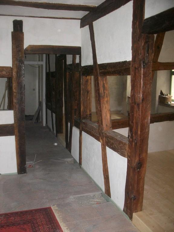 Die Weinstube ist z.T. gefliest, im gehobenen Bereich mit Holzböden belegt.