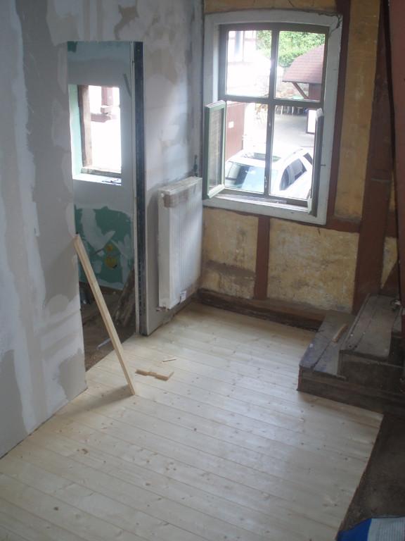 Der neu verlegte Holzboden im Anbau.