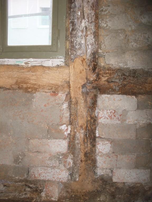 Um eine Dämmschicht im Innenbereich aufbringen zu können, muss zuerst der Putz komplett abgeschlagen werden. Es tritt z.T. morsches Gebälk zu Tage.
