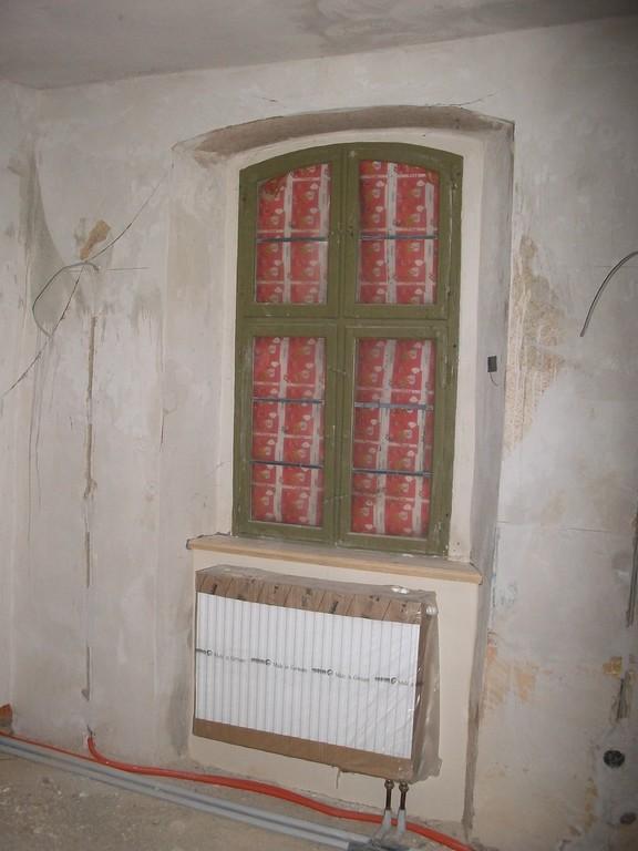 Die Fenster werden nach und nach energetisch 'aufgerüstet'. Die Rahmen bleiben erhalten, anstatt mit einer Scheibe versehen sind sie nun doppelt verglast.
